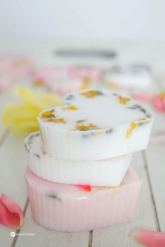 Make soaps yourself, DIY soap, Soap with flowers, Beauty DIY, pour soap