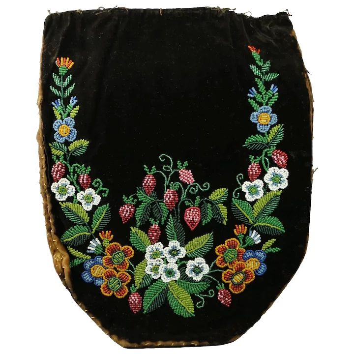 Early 19th Century Métis Ojibwe Beadwork and Velvet Beaded Reticule : Trinity A...