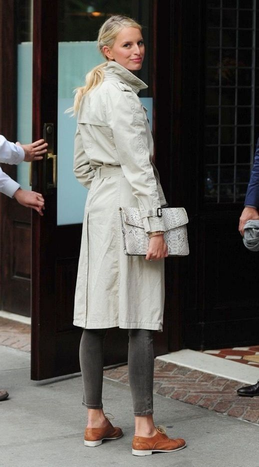 Karolina Kurkova in a classic trench, cropped skinny jeans & oxfords #style #fas...