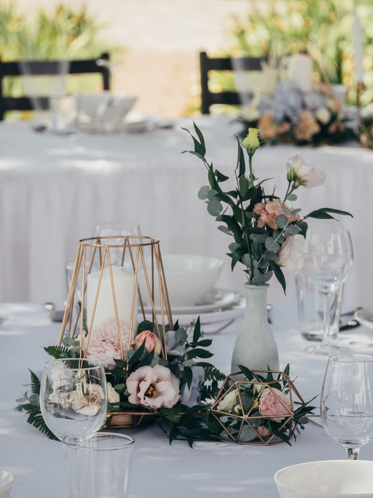 Round tables in your wedding location? How to Decorate Them Best 😉 #Ti ...
