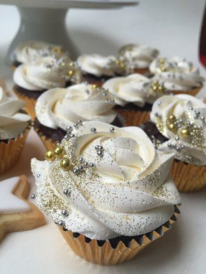 Love these cupcakes for a twinkle twinkle little star birthday party or gender r...