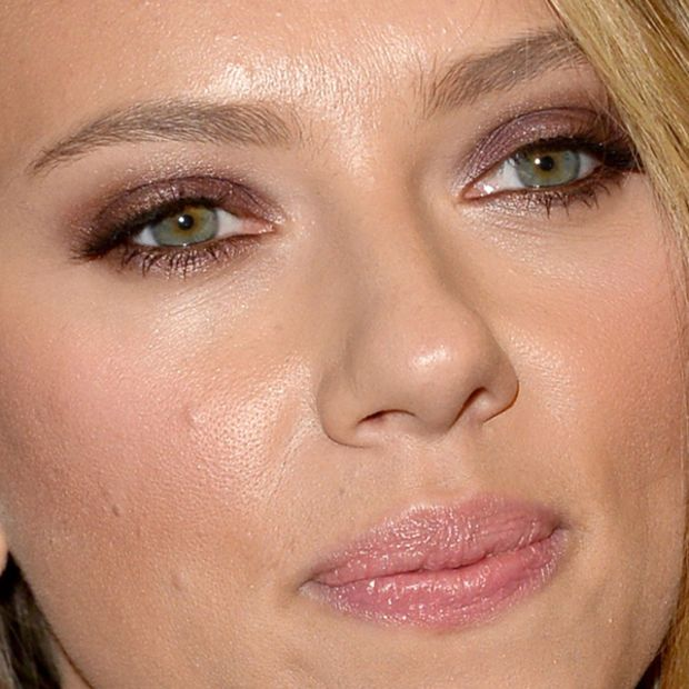 Scarlett Johansson Matched Her Purple Eyeshadow to Her Dress - Beauty Editor: Ce...