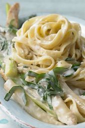 Simple and tasty: tagliatelle with asparagus and wild garlic cream sauce.